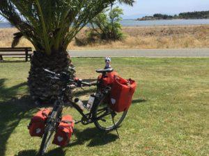 Mein Fahrrad mit Taschen am Mittelmeer
