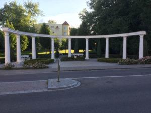 Bad Gögging vor der Römerbad Klinik am Donauradweg