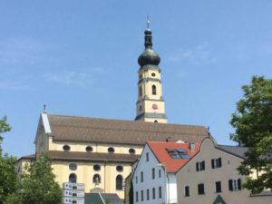 Kirche von Deggendorf - Blick vom Donauradweg nach Passau aus gesehen
