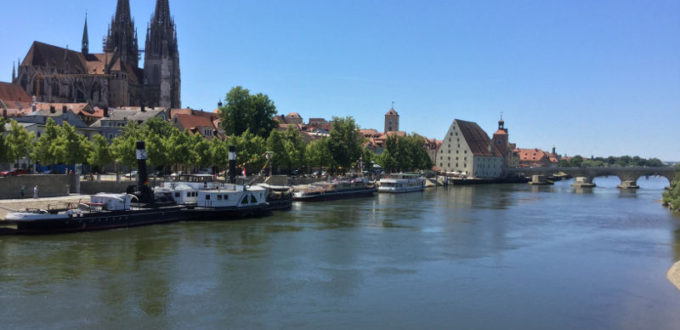 Regensburg Donauradweg - Steinerne Brücke - Regensburger Dom