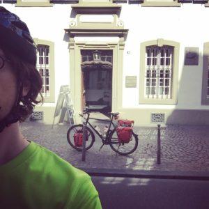 Mit Reiserad vor dem Karl-Marx-Haus in Trier - Unterkunft in Trier finden