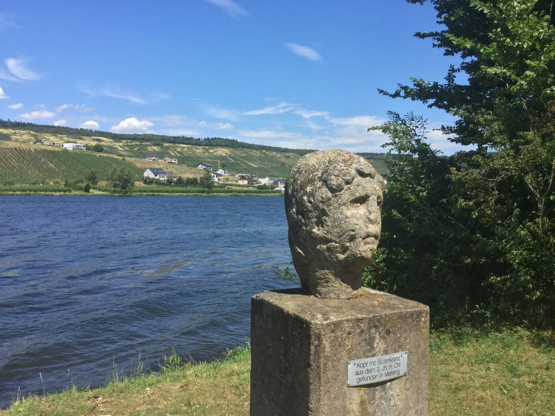 Römischer Kopf in Riol an der Mosel - Moselradweg