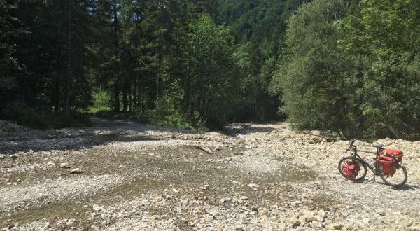 Zwischen Saulgrub und Halblech auf der Gemarkung Wildsteig - auf dem Königssee-Bodensee-Radweg - eine Stelle, in der man über einen Fluss fahren muss