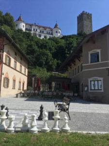 Das Schloss Neubeuern in Neubeuern in Bayern am Königssee-Bodensee-Radweg gelegen mit Schachfiguren