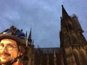 Kölner Dom mit Fahrradfahrer - Rheinradweg Köln