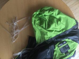 Alte Fahrrad-Regenjacke kaputt - Plastikfetzen