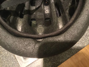 Alter Fahrradhelm spröde und porös
