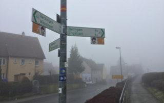 Bisingen bei Hechingen nach Balingen - Wegweiser - mit Nebel - Hohenzollernradweg