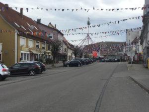 Gosheim auf dem Hohenzollernradweg - Fasnet Schmuck und Bänder aufgehängt