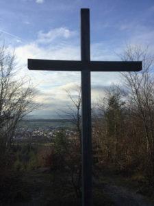 Friedwald Hohenentringen - Blick auf Unterjesingen - Kreuz - Hohenzollern-Radweg