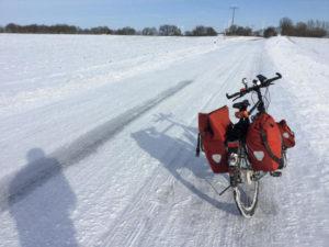 Plötzkau Saale-Radweg Schnee auf der Fahrbahn Fahrrad