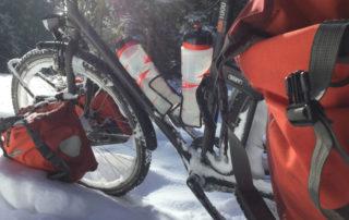 Fahrrad im Schnee in Loßburg - Kinzigtalradweg