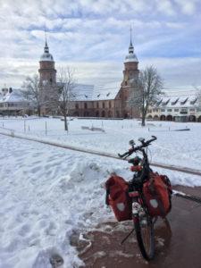 Marktplatz Freudenstadt mit Fahrrad und voller Schnee