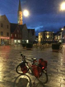 Dingolfing mit Kirche am Abend - Isarradweg - Isar