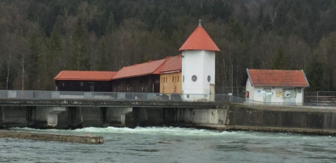 Isarkanal bei Straßlach mit Staudamm Isarradweg