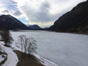 Sylvensteinspeicher mit Eis, Eisdecke - durch den die Isar fließt - einige Kilometer vor Lenggries