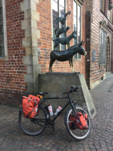 Bremer Stadtmusikanten mit Fahrrad - unweit des Weserradwegs
