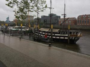 Schiff auf Weser in Bremen - Am Weserradweg im Regen