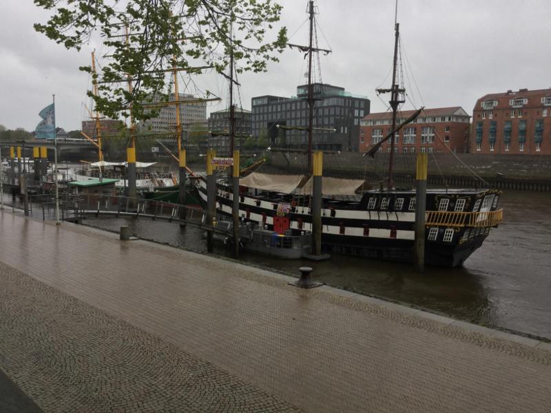 Schiff in Bremen am Weserradweg