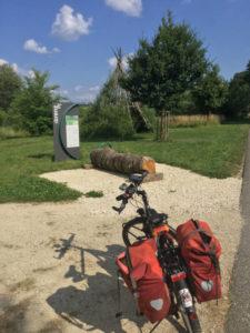 Hermaringen Brenztalradweg - Rastplatz mit Indianerzelt an der Brenz