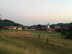 Frankenhofen-Kaltental von Weitem mit Kirche - Allgäu-Radweg