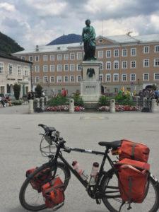 Mozartdenkmal Mozartplatz Salzburg Fahrrad Tour Mozartradweg