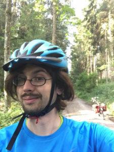 Allgäuradweg hinter Frankenhofen (Kaltental), Osterzell, Oberzell - Mit Fahrrad im Wald mit Helm