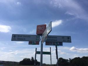 Wegweiser Havelland-Radweg - Noch 40 Kilometer nach Rathenow - Nauen 9,2 Kilometer zurück.