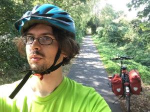 Havellandradweg zwischen Nauen und Ribbeck - enger Radweg - Markus mit Fahrrad - Wald