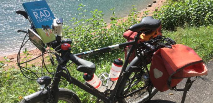 Fahrrad liest Buch am Nagoldtalradweg - Nagoldtalsperre