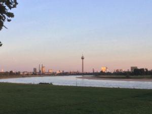 Düsseldorf - Fernsehturm - Rheinradweg von Heerdt aus