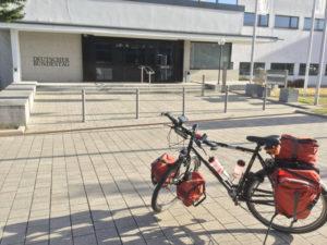 Ehemaliger Deutscher Bundestag in Bonn - Rheinradweg Bonn - Mit Fahrrad