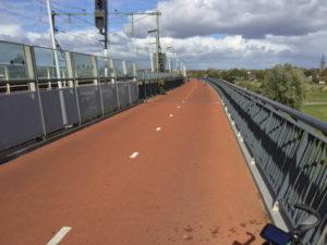 Radbrücke - Eisenbahnbrücke Nijmegen - Über die Waal - Rheinradweg Niederlande