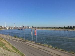Krefeld Uerdingen - Rhein - Industrie - Rheinradweg
