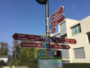 Wegweiser für Fahrräder Rheinfelden Schweiz - In Richtung Basel - Südschwarzwaldradweg