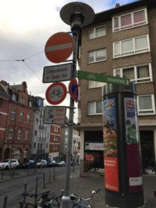 Gaustraße in Mainz - Radfahrer gesperrt - Fahrradverkehr vs. Straßenbahn