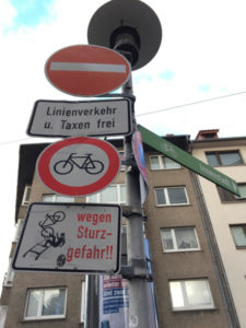 Fahrradverkehr vs. Straßenbahn - Verkehrsschild - Verbotsschild - Gaustraße Mainz