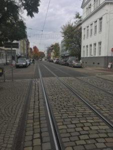 Fahrradverkehr vs. Straßenbahn in Karlsruhe Durlach - kein Platz für Radfahrer hier.