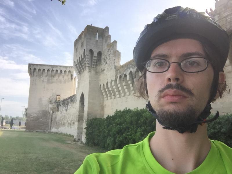 Die Stadtmauern von Avignon mit mir im grünen Hemd und mit Radhelm.