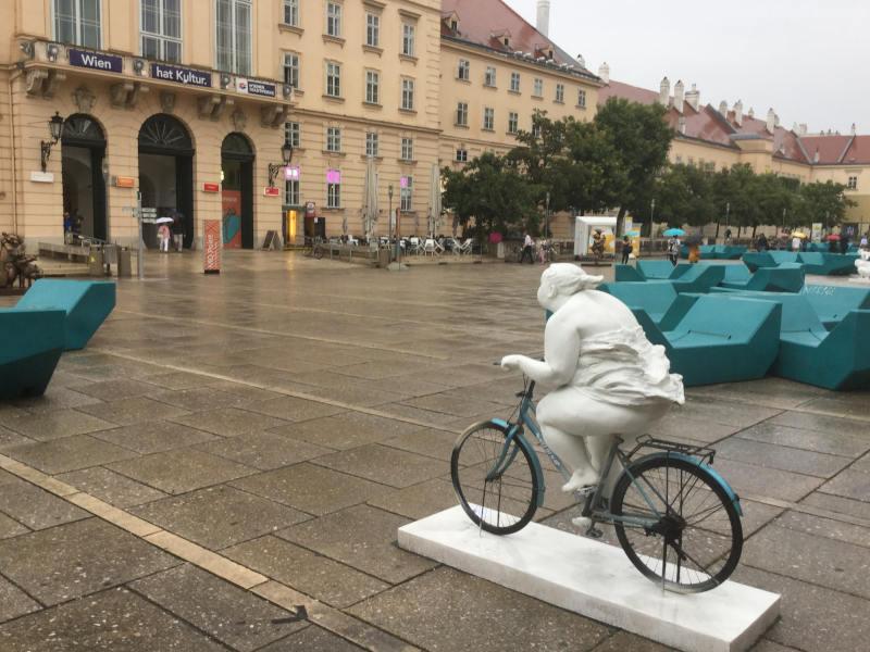 Kann man von Fahrradfahren abnehmen wie es dieser Buddha versucht? Wien, Museumsquartier