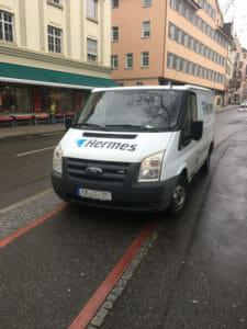 Hermes-Auto parkt falsch auf Radweg