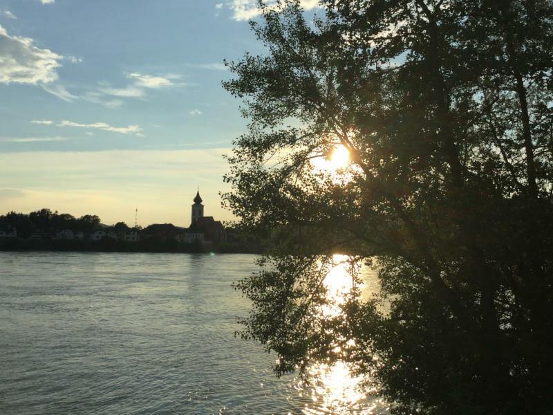 Von Säusenstein auf Gottsdorf bei Sonnenuntergang an der Donau - Donauradweg Österreich