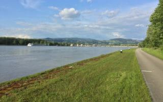Blick auf das Kraftwerk Ottensheim-Wilfering am Donauradweg Österreich gen Linz