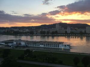 Linz - Donauradweg - Abendsonne mit Schiff