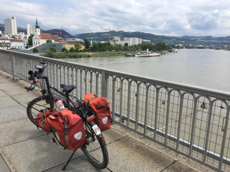 Linz Nibelungenbrücke mit Fahrrad - Radreise am Donauradwe