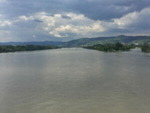 Die Donau hinter Krems am Donauradweg nach Wien