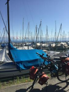 Hafen Friedrichshafen - Fahrrad vor Yachten - Bodenseeradweg
