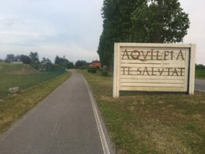 Aquileia te salutat - Aquileia grüßt Dich! - Begrüßung auf dem Alpe-Adria-Radweg