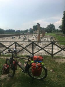Römische Säulen Aquileia reatauriert - Fahrrad - Alpe-Adria-Weg