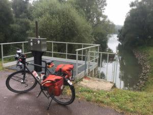 Lauter als Grenze zwischen Deutschland und Frankreich bei Lauterbourg und Neuburg am Rhein mit Fahrrad